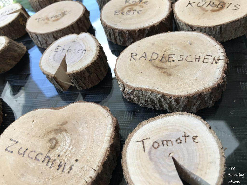 Pflanzenbeschriftung auf Holzscheiben