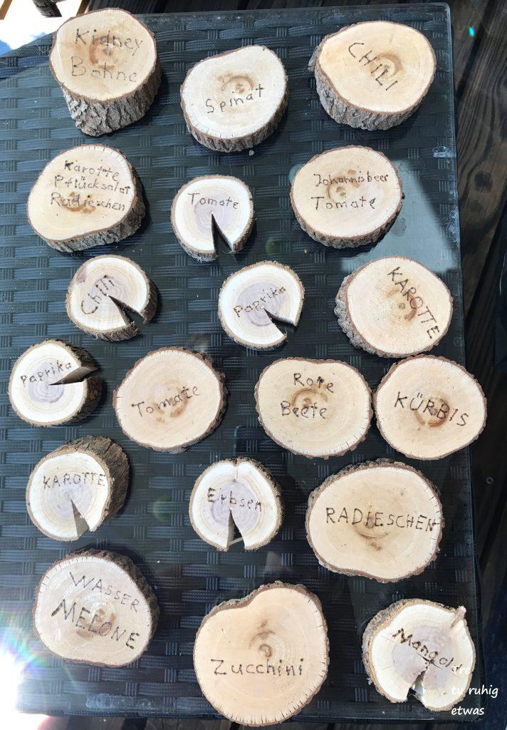 Gemüsebeet benennen mit Holzscheibchen