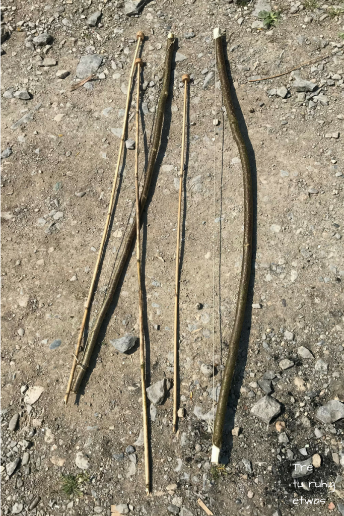 2 fertige Bogen und 3 fertige Pfeile mit Korkspitzen
