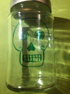 Kopfform des Totenkopfes auf Glas gemalt