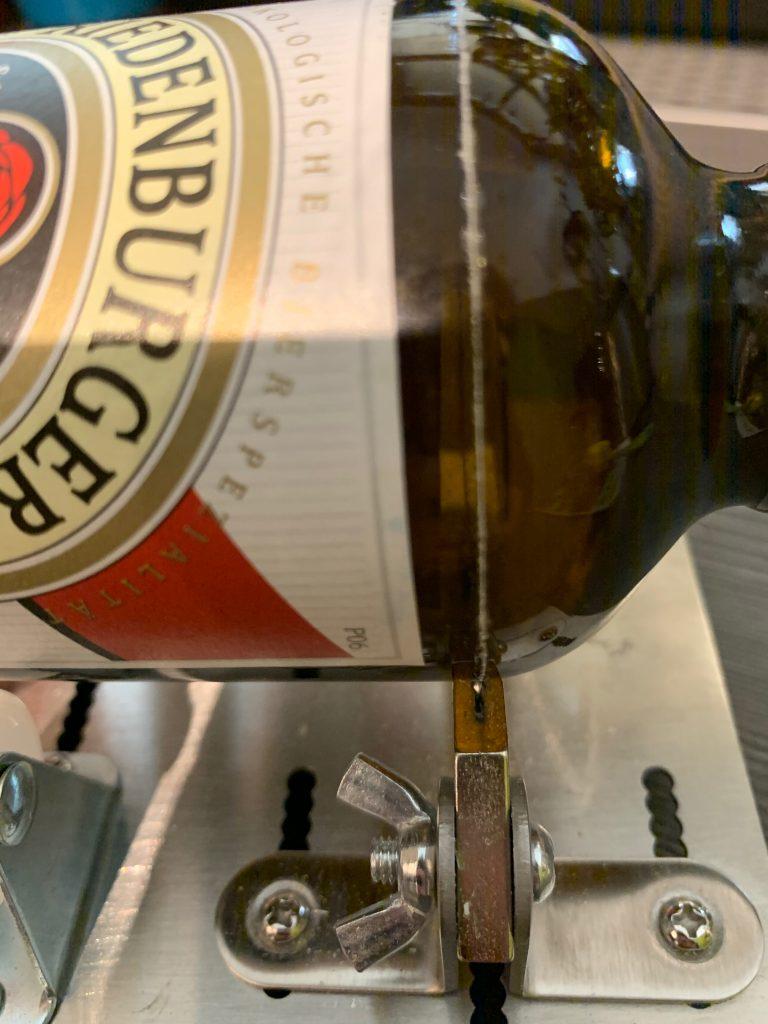 Angeritzte Bierflasche auf dem Glasschneider