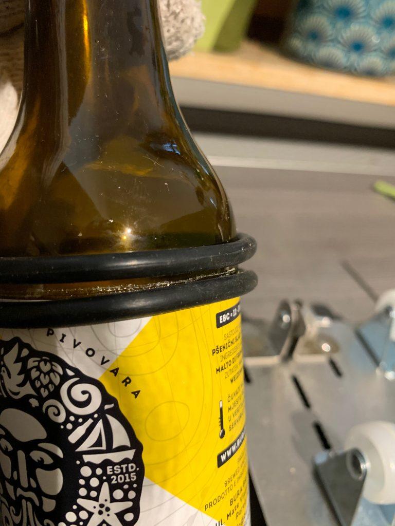 Angeritzte Craft Beer Flasche mit Gummiringen