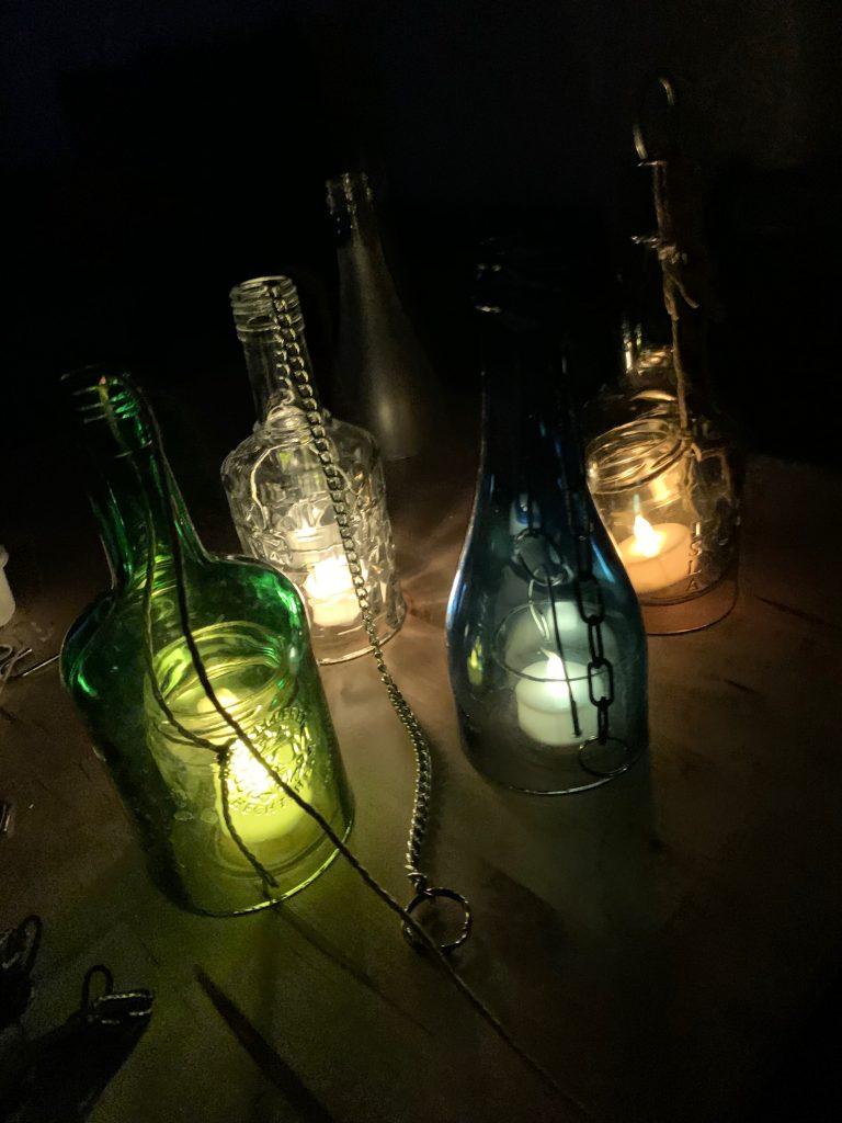 Laternen aus Glasflaschen stehend