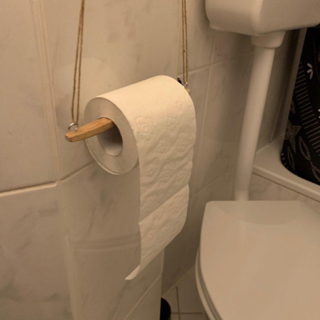 Toilettenpapierhalter aus Holzzahnbürste