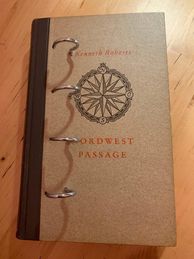 Buch mit eingedrehten Haken