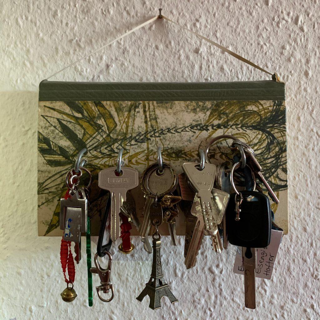 DIY Schlüsselbrett voll mit Schlüsseln
