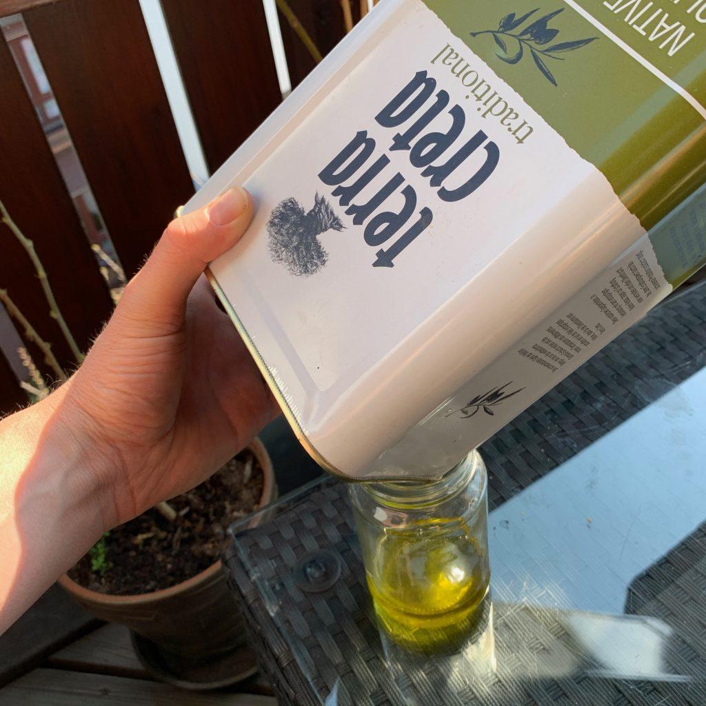 Olivenöl ausleeren