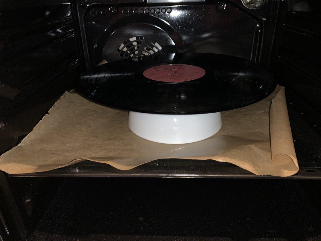 Schallplatte auf der Schüssel im Ofen