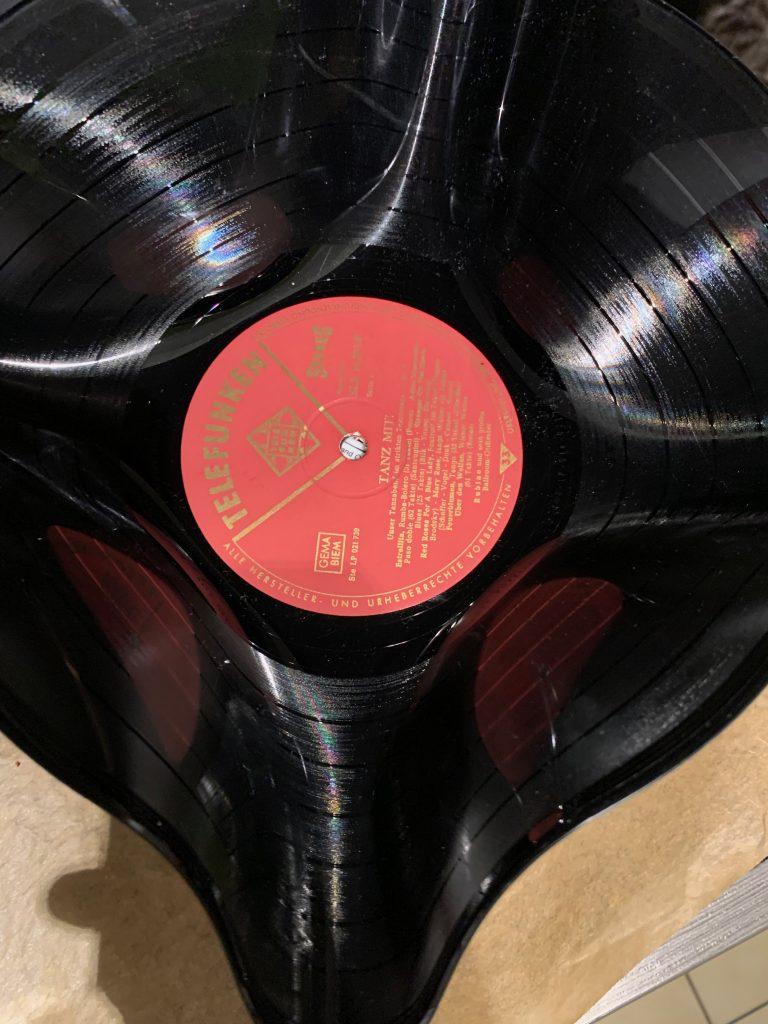 Verformte Schallplatte abkühlen lassen