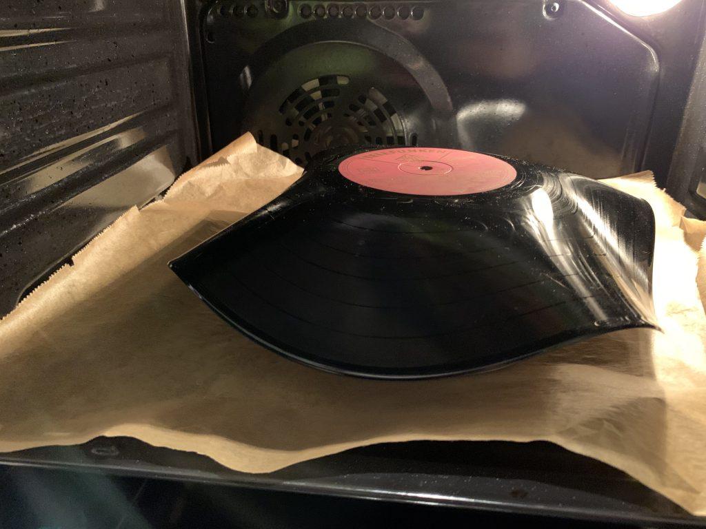 Verformte Schallplatte im Backofen