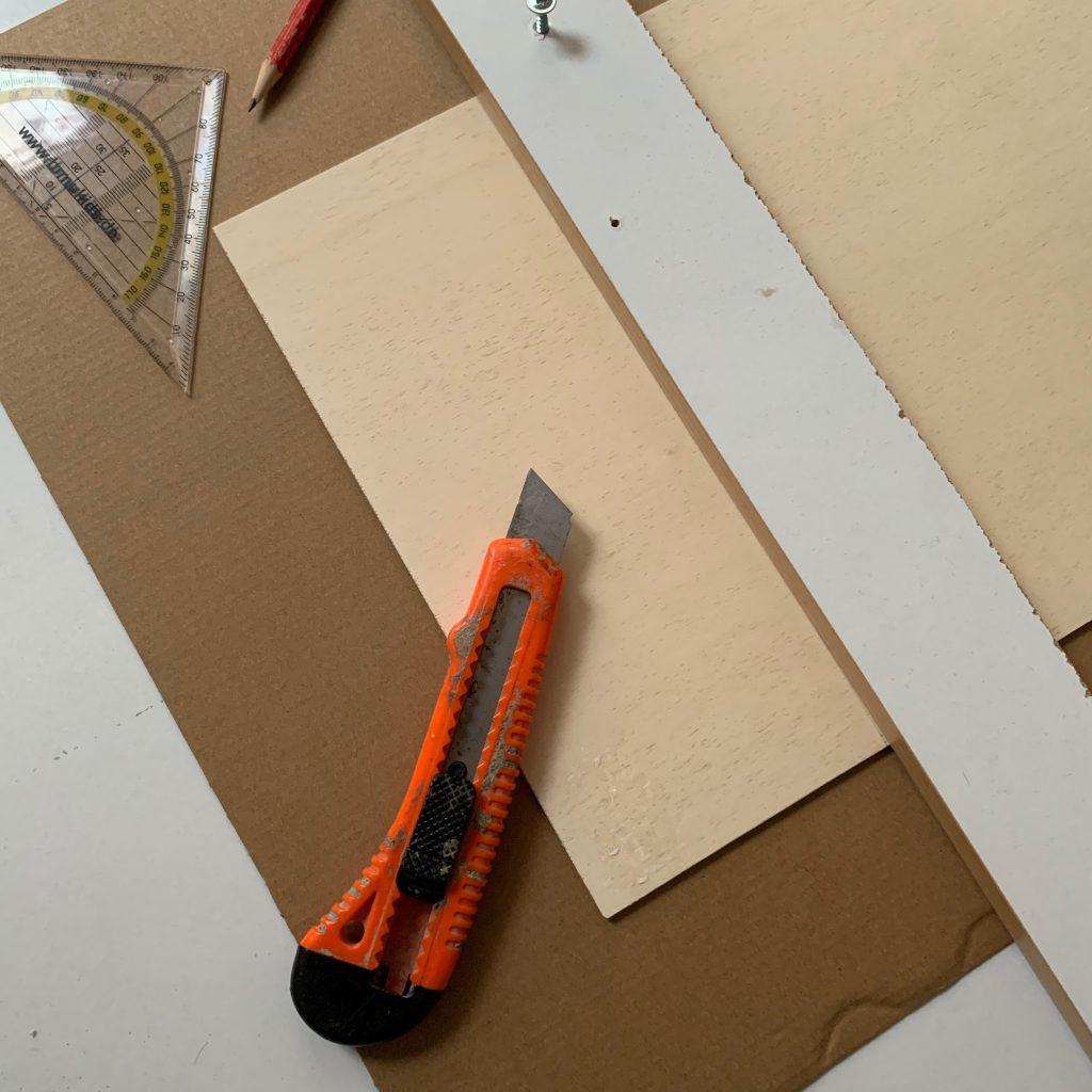 Sperrholzplatte mit Cuttermesser