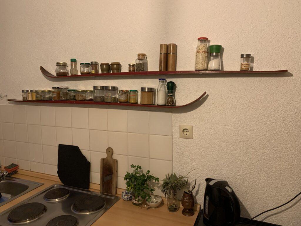 Regal aus alten Holzski für Gewürze