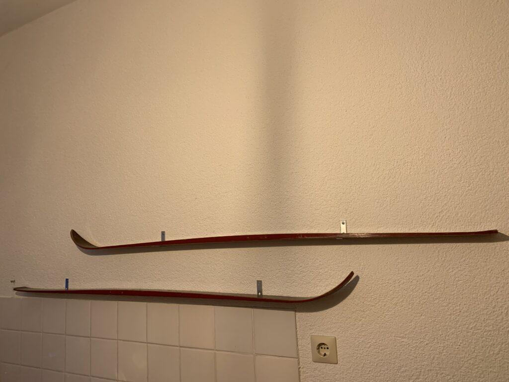 Holzski Regal an der Wand