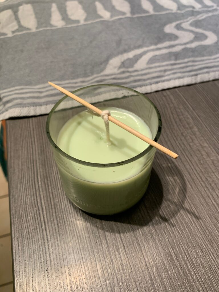 Ausgekühlte DIY Kerze im Glas in grün